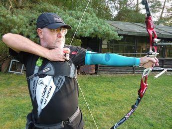 Harry Greifelt, Sportorthetiker beim Bogenschießen mit Bauerfeind Sports Armsleeves. Bauerfeind und  Bauerfeind Sports Produkte finden Sie exklusiv in Schwandorf bei uns.